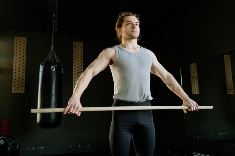 Qué rutina de ejercicios puedes realizar con palo de escoba